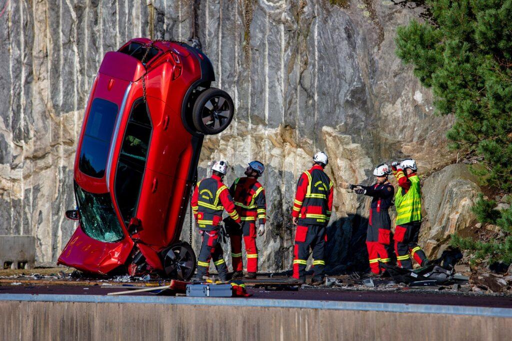Volvo Cars сбрасывает новые автомобили с 30-метровой высоты, чтобы помочь спасать жизни